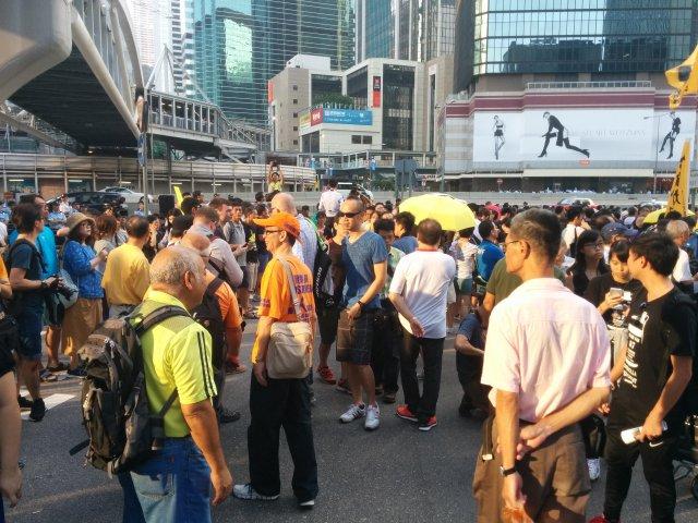 去年今天的早上,傻傻地帶了些眼罩在這裡向示威人士派發,下午就發摧淚彈